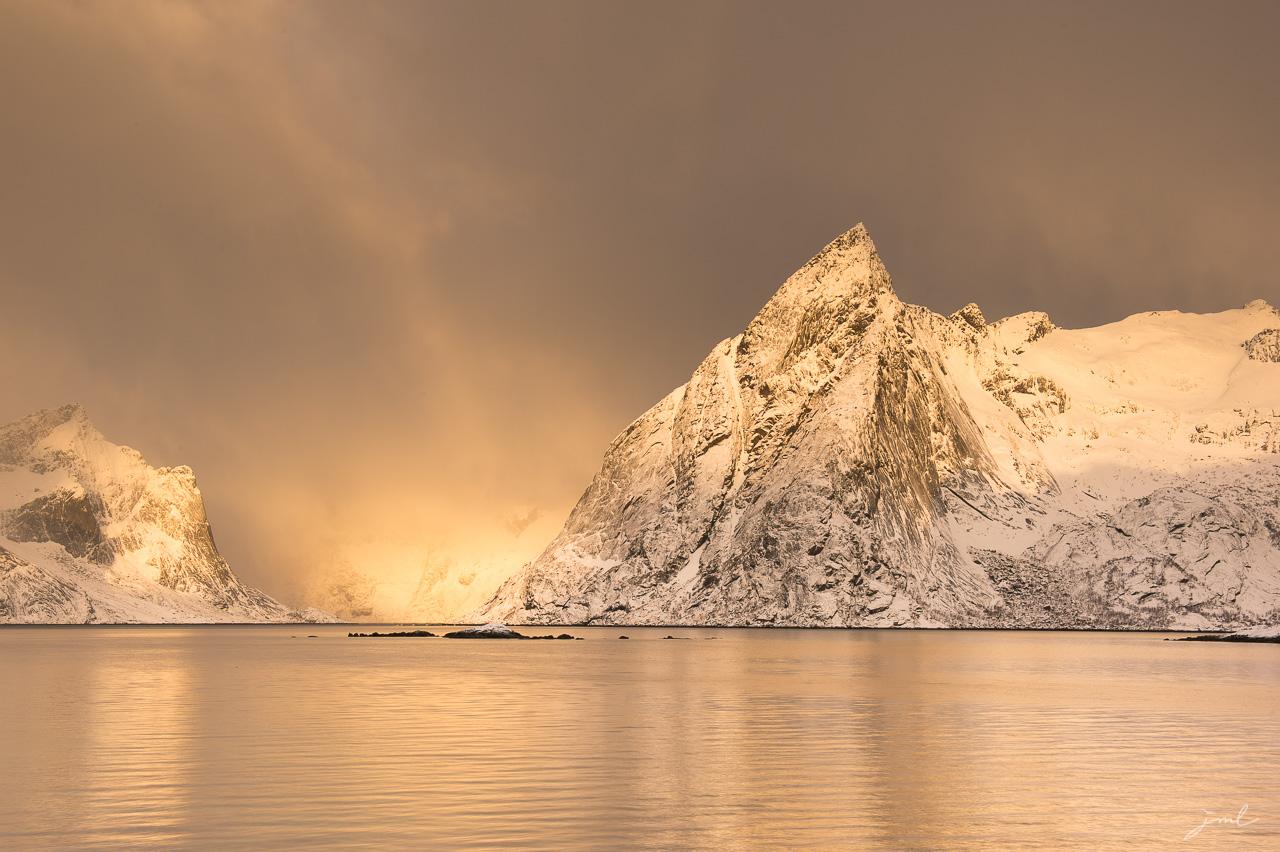 Lumiere dans un fjord au lever du soleil